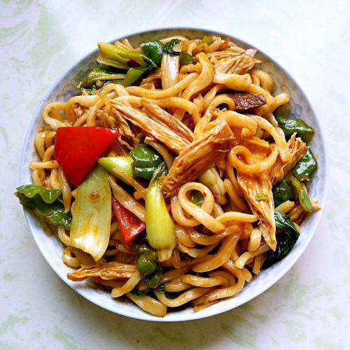 Noodles saltati con salmone