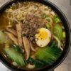Noodles in brodo con pak choi e carne macinata 